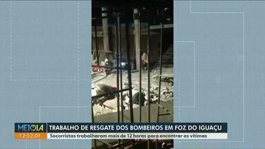 Bombeiros levam mais de 12 horas para encontrar vítimas de soterramento - Acidente de trabalhado foi registrado em Foz do Iguaçu. Duas pessoas morreram.