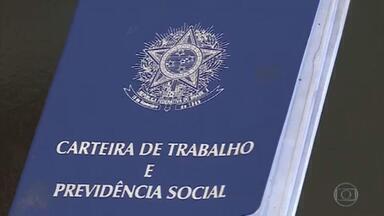 Bolsonaro assina duas MPs para preservar empregos na pandemia - O Programa Emergencial de Manutenção do Emprego e da Renda foi recriado e a segunda medida provisória mexe em regras trabalhistas.