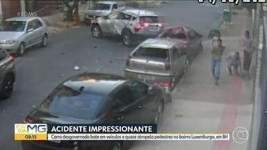 Carro desgovernado bate em veículos no bairro Luxemburgo, na Região Centro-Sul de BH - Acidente aconteceu na Rua Doutor Juvenal dos Santos.
