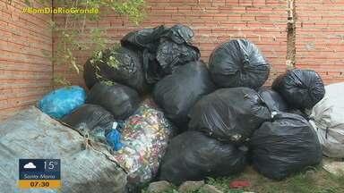 Recicladores de lixo reclamam de multas aplicadas pela prefeitura de Porto Alegre - Assista ao vídeo.