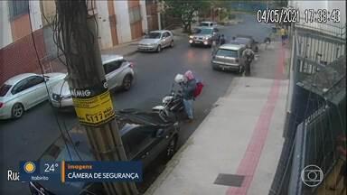 Veículo sem controle bate em carros e moto na Região Centro-Sul de Belo Horizonte - Acidente aconteceu na Rua Doutor Juvenal dos Santos, no bairro Luxemburgo.