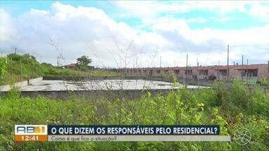 Moradores protestam contra atraso na entrega de casas em Bezerros - População reclama que a Prefeitura de Bezerros não entregou um conjunto habitacional que havia prometido.