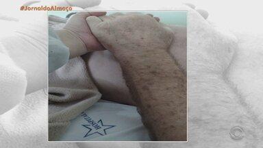 Hospital de Estrela realiza cerimônia de casamento para paciente internado - Clair e Otelio planejavam se casar há muito tempo. Com o diagnóstico de câncer no pâncreas, ele precisou ficar internado. Equipe do hospital ajudou a organizar o momento.