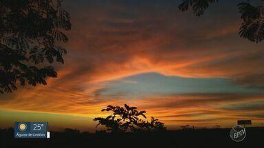 Pôr do sol chama atenção de moradores da região de Campinas durante o outono - Apesar da beleza, tom alaranjado e céu colorido são sinais de concentração de poluição.