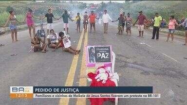 Mandados de prisão dos homens que cometeram triplo homicídio são expedidos pela justiça - Parentes e vizinhos protestaram pela morte da menina de sete anos.