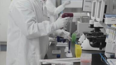 Quebra de patentes de vacinas: União Europeia diz estar disposta a discutir assunto; EUA são a favor - O secretário-geral das Nações Unidas Antônio Guterres elogiou hoje o apoio dos Estados Unidos à suspensão de patentes de vacinas contra o coronavírus. Segundo ele, a iniciativa pode aumentar significativamente o fornecimento para o consórcio de vacinas Covax da OMS. A União Europeia também se pronunciou e disse que está disposta a discutir o assunto.