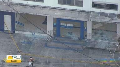 Criminosos explodem agência da Caixa em Brás de Pina - Criminosos explodiram uma agência da Caixa Econômica Federal na Estrada do Quitungo, em Brás de Pina, na Zona Norte do Rio de Janeiro, na madrugada desta sexta-feira (7).