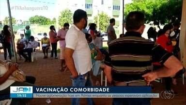 Aglomeração é flagrada durante vacinação em pessoas com comorbidade em Palmas - Aglomeração é flagrada durante vacinação em pessoas com comorbidade em Palmas