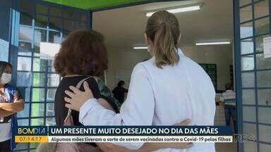 Mães são vacinadas pelas próprias filhas contra a covid-19, em Londrina - Profissionais de saúde compartilham a experiência de imunizar a própria mãe.