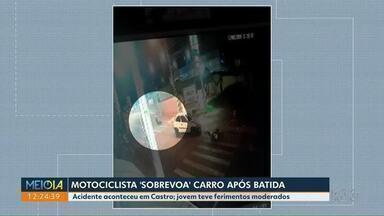 Motociclista 'voa' após bater em carro - Acidente aconteceu em Castro; jovem teve ferimentos moderados.