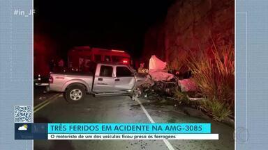 Três pessoas ficaram feridas em colisão na AMG-3085 em Juiz de Fora - Acidente ocorreu por volta das 18h30 de domingo (9). Veículo com placas do Rio de Janeiro bateu em uma caminhonete.