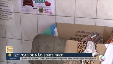 Em Ituiutaba, lavanderia e Lions Clube fazem ação para arrecadar agasalhos - Campanha 'Cabide não sente frio' tem como objetivo arrecadar e distribuir roupas de frio neste período. Veja como doar.