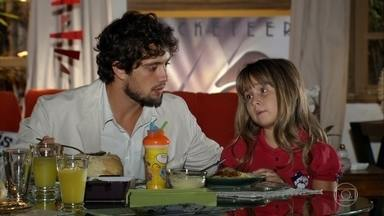 Iná passa manhã agradável com Rodrigo e Júlia - Júlia reclama por causa de uma dor de dente