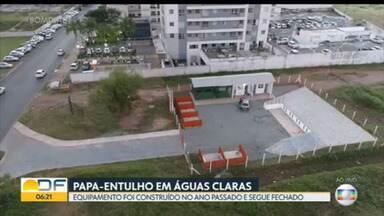 Papa-entulho de Águas Claras, construído ano passado, ainda não está funcionando - Previsão é que espaço seja inaugurado no fim de maio. SLU vai entregar certificado de reconhecimento para condomínios que fazem a correta separação do lixo.