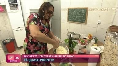 Marilene é a primeira anfitriã do 'Jogo de Panelas Fortaleza' - A dona de casa teve a missão de preparar o 'Jantar do Rei do Baião'