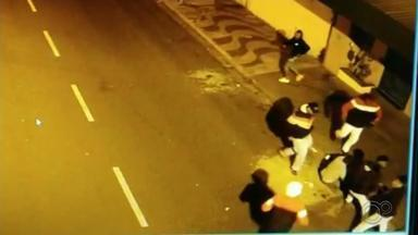 Homem espancado por pelo menos cinco pessoas segue internado em Marília - Continua internado em Marília (SP) o homem espancado na madrugada de domingo (9) por pelo menos cinco pessoas. Tudo foi gravado por câmeras de segurança.