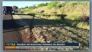 Motoristas são alvos de criminosos nas rodovias federais da região - Bandidos armados chegam a atirar contra veículos e provocam acidentes.