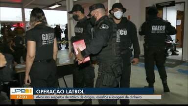 Operação cumpre mandados para desarticular esquema de tráfico de drogas e assaltos, na PB - A Operação Latrol cumpre 16 mandados de prisão temporária e 28 de busca e apreensão.