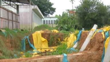 Obra de construção de muro de escola municipal em Salesópolis termina após dois anos - Um chuva forte derrubou o muro de uma escola municipal no distrito dos Remédios, em 2019.