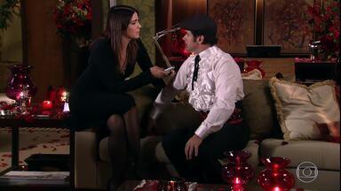 Ari se veste de Victor Valentim e Suzana o entrevista - Victor Valentim joga seu charme para Suzana durante a entrevista
