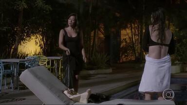 Roberta flagra Jade e Cobra na Aquazen - Quando Roberta diz que chamou a polícia, Cobra foge, mas acaba voltando por causa de Jade