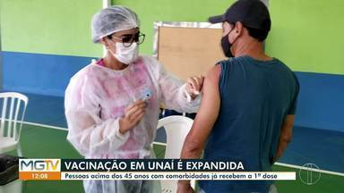 Pessoas acima de 45 anos com comorbidades são vacinadas em Unaí - Prefeitura expandiu público-alvo nesta terça.