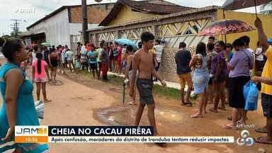No Cacau Pirêra, moradores fazem fila para receber madeiras - Famílias madrugaram para conseguir lugar na fila.