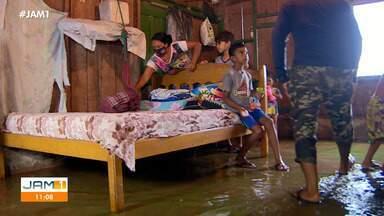 Em Manaus, família precisa se adaptar para sobreviver durante a cheia - Família precisa improvisar espaço.