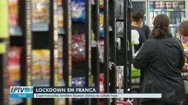 Franca, SP, registra filas em supermercados a dois dias das novas restrições - A partir de quinta (27), estabelecimentos só atendem por delivery. Indústrias de qualquer atividade e comércio em geral fecham.