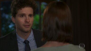 Kyra/Cleyde se esforça para não se envolver com a declaração de amor de Alan - O advogado ica arrasado quando a babá diz que ama outro homem