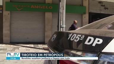 Bandidos assaltam joalheria no centro de Petrópolis, RJ, e trocam tiros com a polícia - Uma adolescente de 16 anos foi atingida no braço por um dos disparos. De acordo com dono da loja, criminosos levaram toda a mercadoria e os celulares dos funcionários.