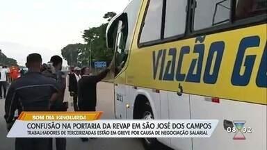 Terceirizados da Revap entram no segundo dia de greve em São José dos Campos - Eles discutem manutenção de greve.