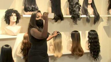 Empresária cria loja referência em venda de laces, as perucas hiper-realistas - Em 2019, Nathália Guimarães abriu uma loja física no centro de São Paulo e, atualmente, vende 500 laces por mês. Preços variam de R$ 80 a R$ 2.100.