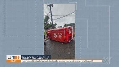 Ambulância do Samu tomba com paciente após ser atingida por carro em Guarujá - Acidente aconteceu no domingo (30). Paciente que era transportado, o acompanhante e os socorristas tiveram ferimentos leves.