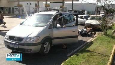 Engavetamento deixa três pessoas feridas em Governador Valadares - Ocorrência foi registrada na Avenida JK e envolveu quatro veículos, três carros e uma moto.