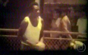 Pelé mostra habilidade no handebol - Não era só no futebol que o Rei Pelé mostrava toda sua habilidade. Ao lado de outros ex-jogadores do Santos, ele praticava o handebol na faculdade de educação física. O Rei pediu apoio à modalidade.
