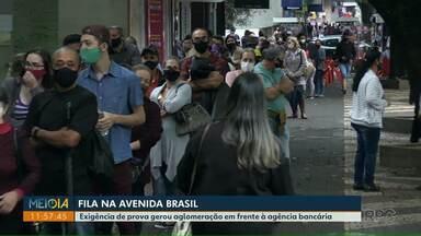 Aglomeração é registrada em frente à agência bancária - Fila se formou na Avenida Brasil, em Foz do Iguaçu.