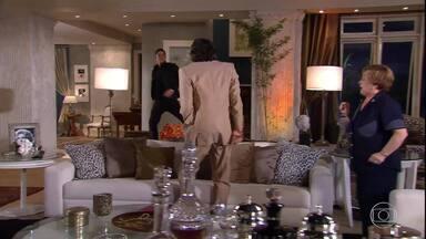 Pedro chega do Canadá - Jacques fica furioso com o filho
