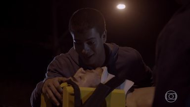 Alan não resiste aos ferimentos - Dalva conta para Karina e Bianca sobre Alan