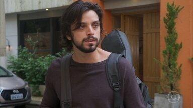 Luna foge de Alejandro - Alejandro fica surpreso por Luna não se importar com a notícia sobre a nova paixão de Juan
