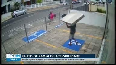 Dupla suspeita de furtar rampa de acessibilidade em clínica é presa em João Pessoa - Crime aconteceu na tarde do domingo (6). Suspeitos já tinham vendido o equipamento quando foram detidos, nesta segunda (7).