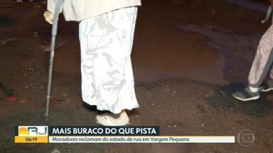 Moradores reclamam do estado de rua em Vargem Pequena - Rua está abandonada. Falta recapeamento e os buracos se proliferam na Rua Max Lameu Cavalcante.