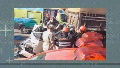 VÍDEO: carro é esmagado por duas carretas em MT, e motorista sobrevive - Câmeras de segurança flagraram o acidente. A motorista do carro, Marinéia, saiu das ferragens com um bom estado de saúde diante da gravidade do acidente.