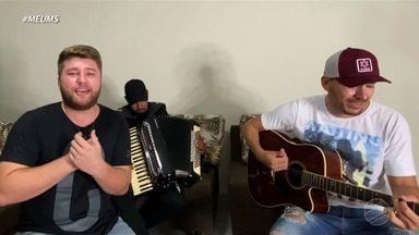 """Tá difícil, mas """"Tem Que Sorrir"""", com Neto e Jr. - Dá o play e confira a mensagem desta música que tocou no Meu MS."""