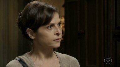 Cora insiste em acompanhar Cristina durante coleta para o exame de DNA - Cristina proíbe a tia de aparecer na Império das Joias