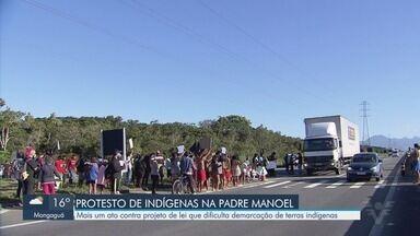 Indígenas protestam em rodovia contra projeto que dificulta demarcação de terras - Manifestação aconteceu na Rodovia Padre Manoel da Nóbrega, na divisa entre as cidades de Peruíbe e Itanhaém.