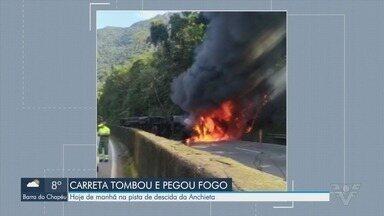 Carreta tomba, pega fogo e bloqueia a Via Anchieta em Cubatão - Acidente aconteceu na manhã desta quarta-feira (30).