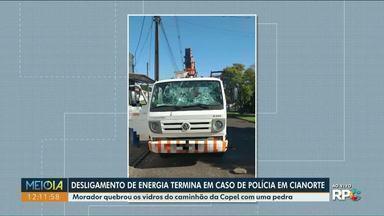 Desligamento de energia termina em caso de polícia em Cianorte - Morador quebrou os vidros do caminhão da Copel com uma pedra.