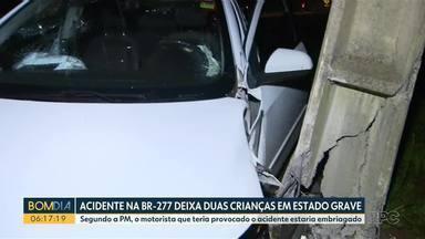 Batida deixa duas crianças em estado grave, na BR-277 - Um dos motoristas estava bêbado, segundo a Polícia Militar. Acidente entre dois carros aconteceu na noite de quinta-feira (15), em São José dos Pinhais. Segundo a polícia, condutor com sinais de embriaguez estava sozinho no veículo e não se feriu.