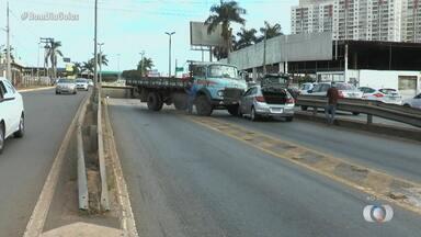Caminhão e carro batem na Avenida Castelo Branco em Goiânia - Acidente causou engarrafamento no local.